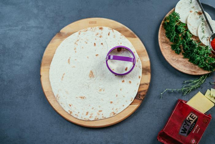 Kleine Kreise aus Tortilla Wraps mit Dessertring ausstechen, Mini Tacos Schritt für Schritt selber machen