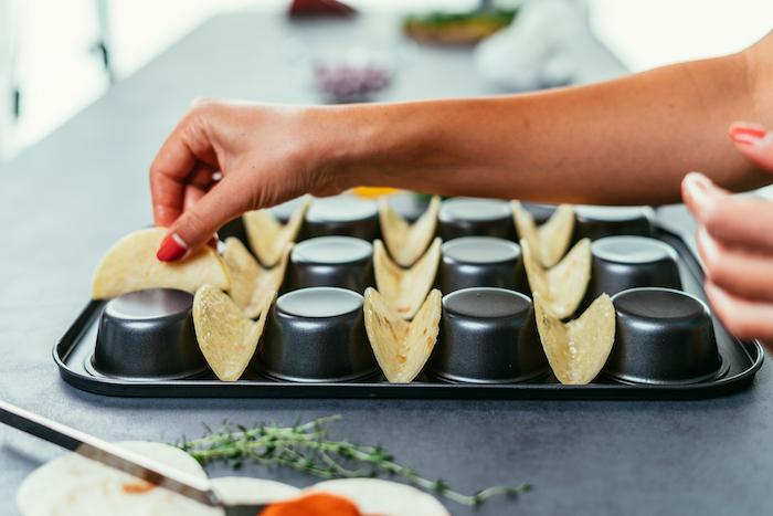 Kleine Kreise aus Tortilla Wraps im Ofen backen, Rezept für leckere Mini Tacos, Party Essen selber zubereiten