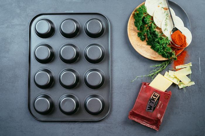 Wie macht man Mini Tacos, kleine Kreise aus Tortilla Wraps, Cheddar und Petersilie, Muffinblech