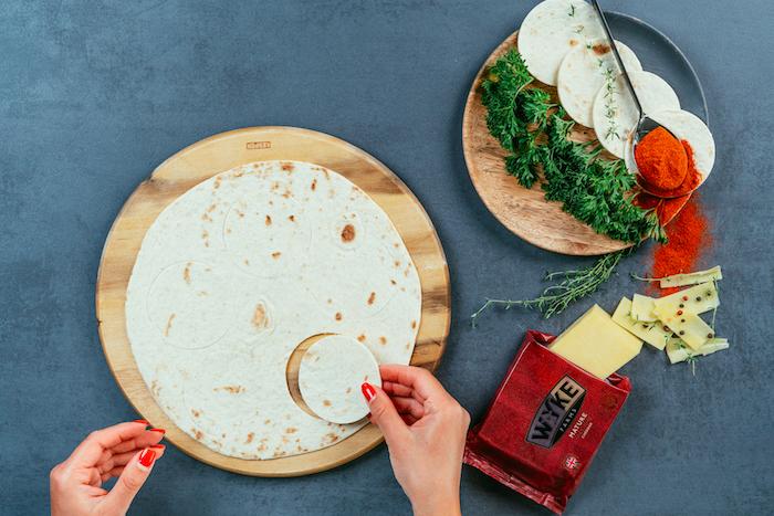 Kleine Kreise aus Tortilla Wraps ausstechen, Mini Tacos mit Hühnerfilet und Cheddarkäse selber machen