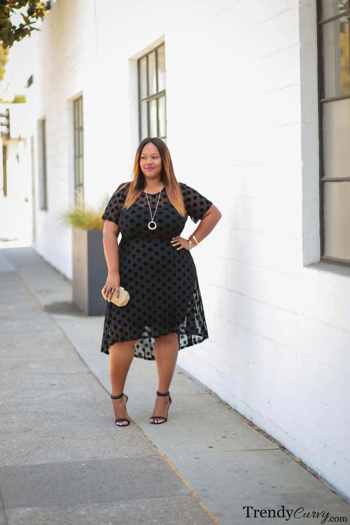 frisuren frauen, karamellfarbene haare mit dunklem ansatz, schwarzes klnielages kleid mit kurzen ärmeln