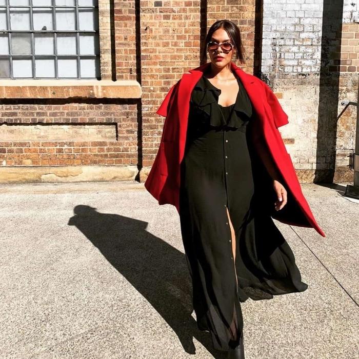 hebst outfit in schwarz, roter mantel, frisuren frauen, hochsgesteckte haare kleid mit rüschen