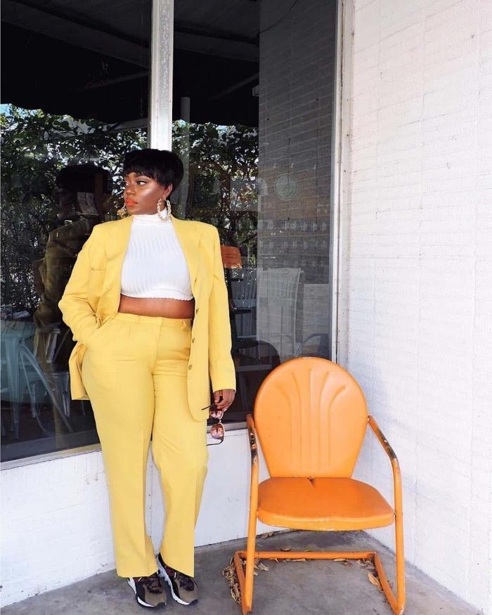 frisuren für mollige frauen mit rundem gesicht, hebst outfit damen, gelber anzug, weiße bluse, kurzhaarfrisur