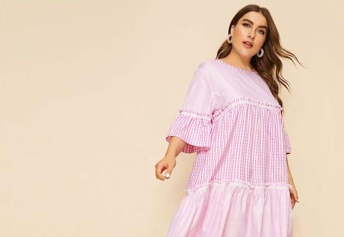 frisuren rundes gesicht, haarfrisur mit locken, mode für mollige damen, weiter rosa kleid mit ärmeln