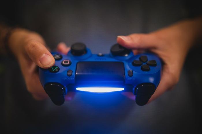 Geschenke für Jungen, ein Controller in blauer Farbe für Playstation 4