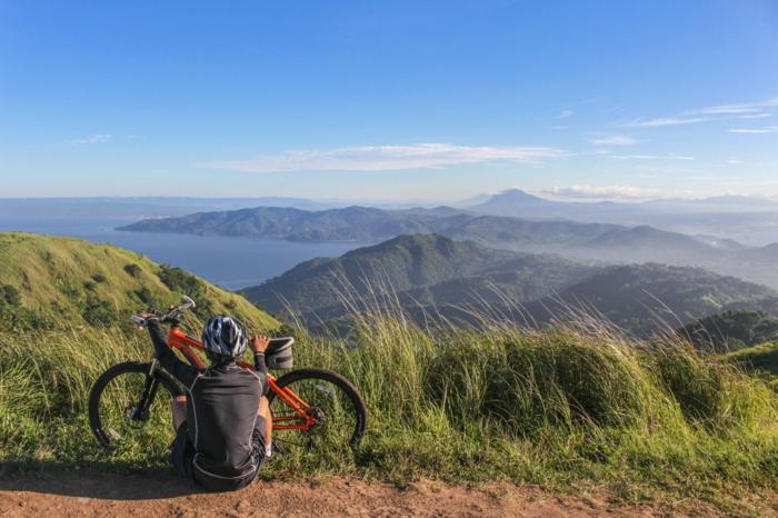 ein oranges Rad auf einem Bergweg, Haibike, Geschenke für Jungen, schöne Aussicht