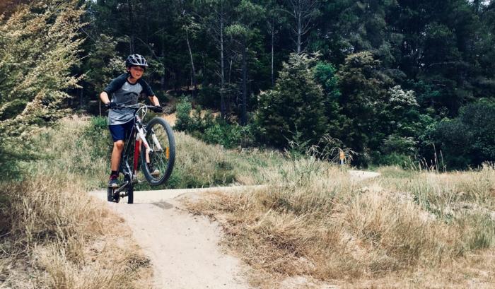 ein Junge hat Spaß mit seinem Rad, perfekte Geschenke für Jungen