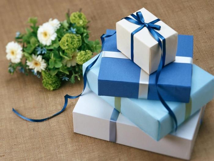 eine Menge Geschenke in blauer Farbe, Geschenke für Jungen zu Geburtstag und Weihnachten