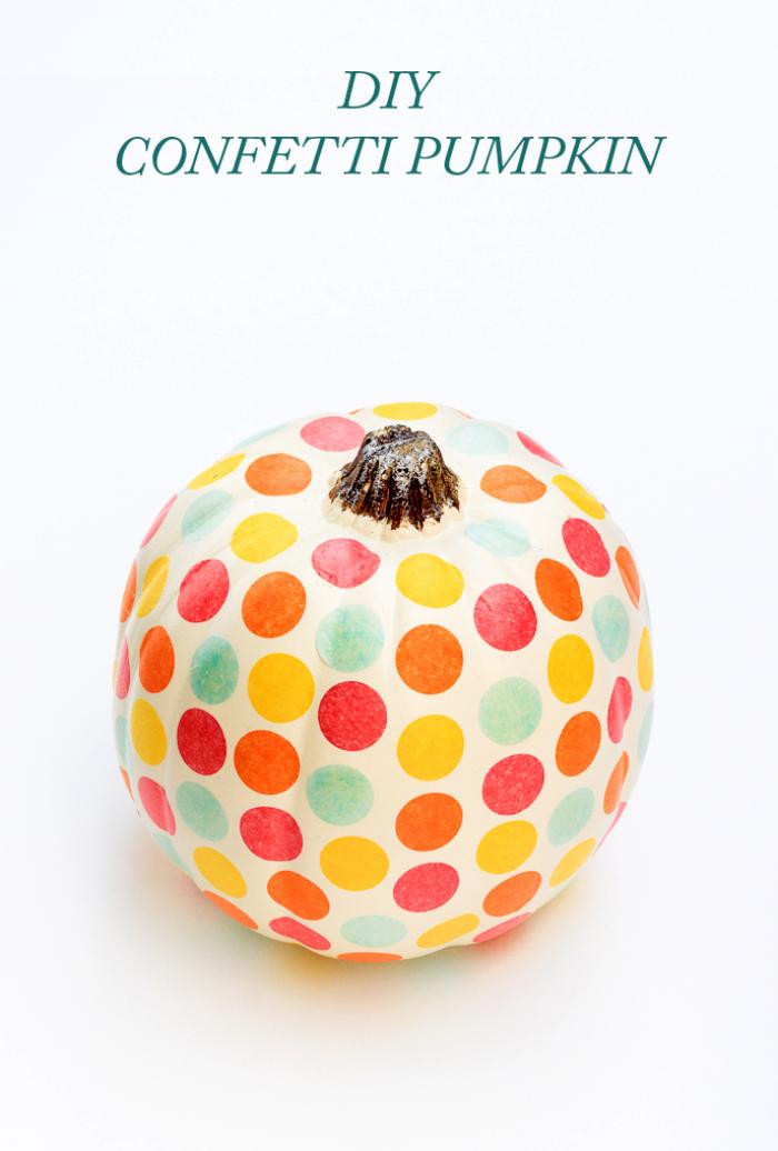 hebst dekoration basteln, weißer kürbis dekorieren, polka dots, bunte bunte, halloween deko