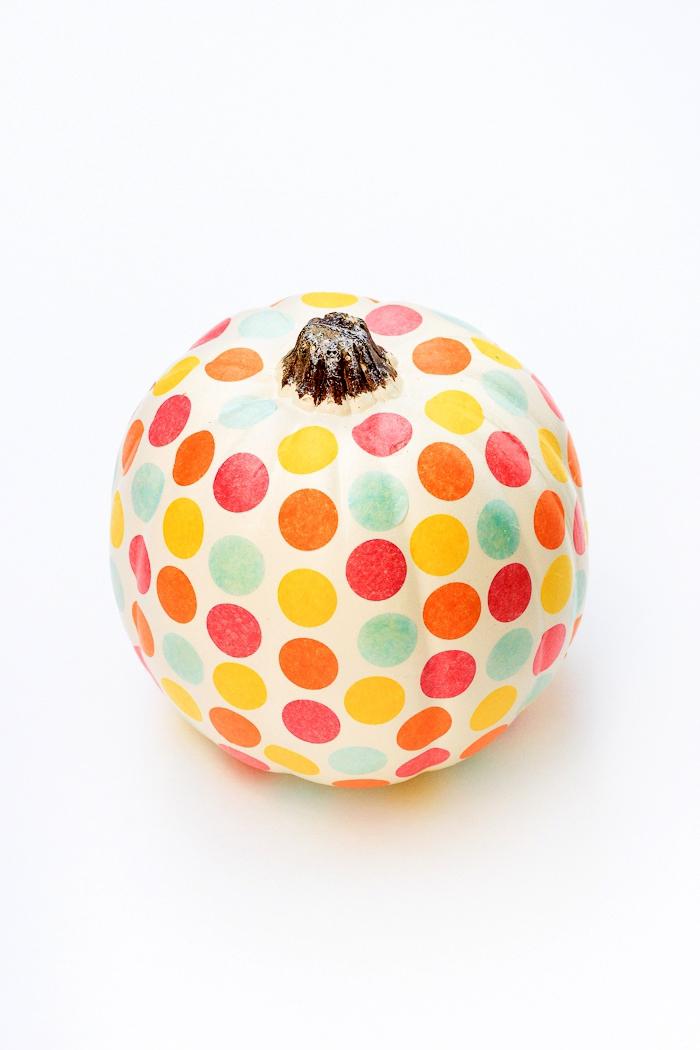 hebst dekoration basteln, halloween deko selber machne, polka dot kürbis, bunte punkte, kürbisdeko