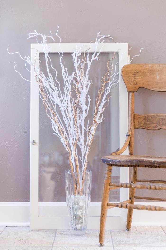 hebst dekoration basteln, große glasvase mit zweigen, weohnung deko hebstdeko