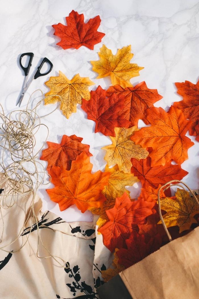 hebstdeko basteln, diy anleitung, girlande aus hebstblättern, blätter fädeln, leinenschnur