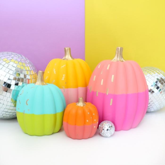 hebstdeko tisch, kürbisse dekroiert mit bunten farben, halloween deko, kürbis färben