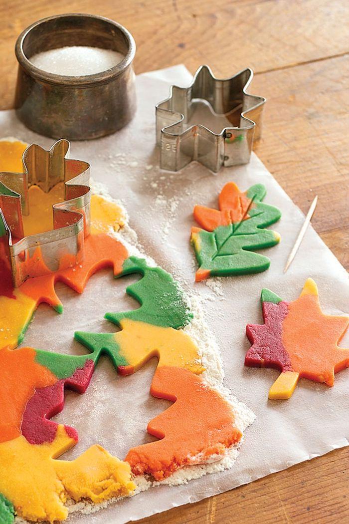 Bunte Herbstblätter aus Teig ausstechen, Herbstkranz selber machen, DIY Herbstdeko Ideen