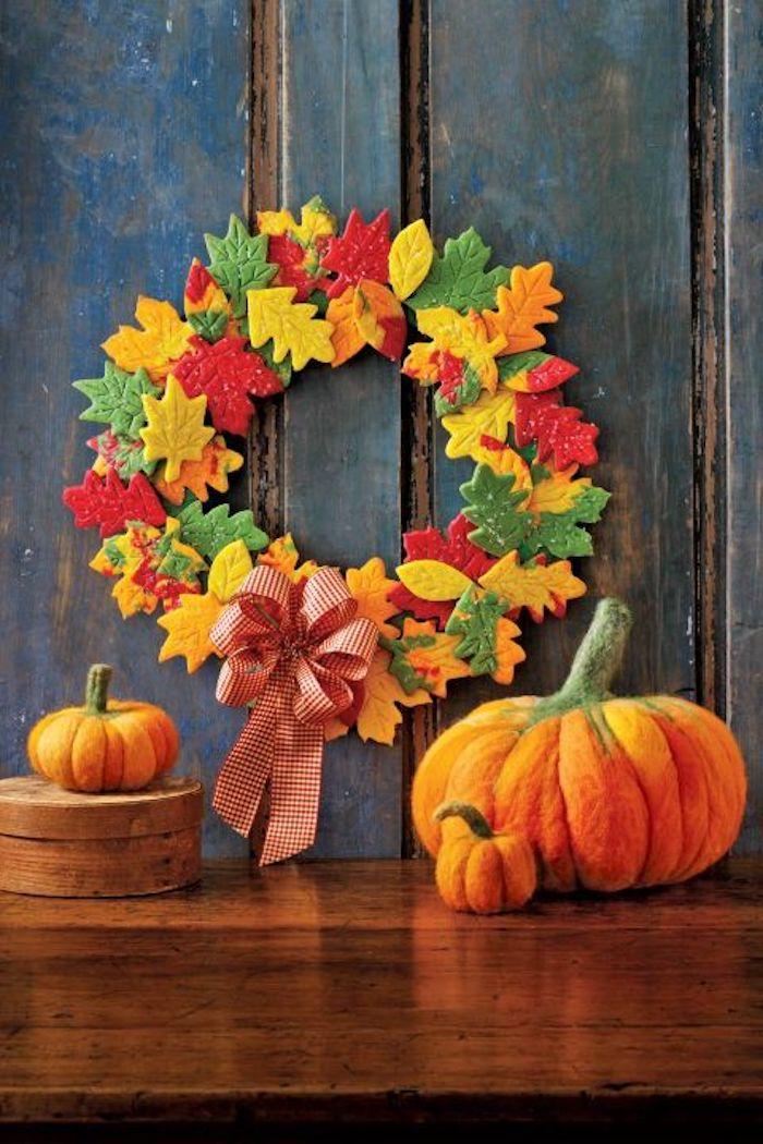 Bunter Herbstkranz mit Herbstblättern aus Teig, Kürbisse aus Wolle, herbstliche Deko