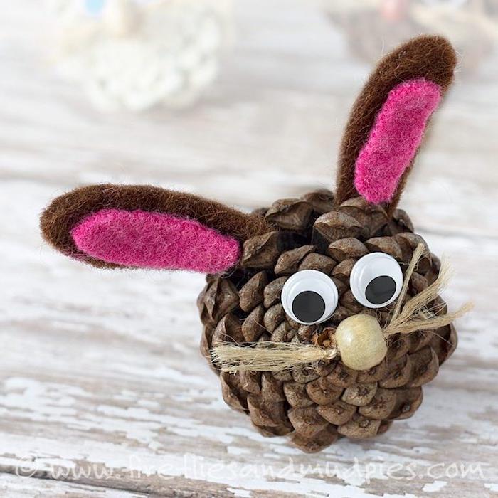 DIY Hase aus Zapfen, Ohren aus Filz, Wackelaugen und Holzperle für Nase