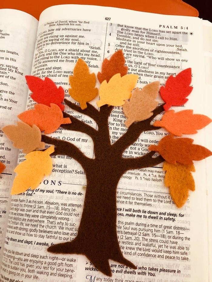 Herbstbaum aus Filz basteln, mit bunten Herbstblättern, Ideen für Basteln mit Kindern im Herbst