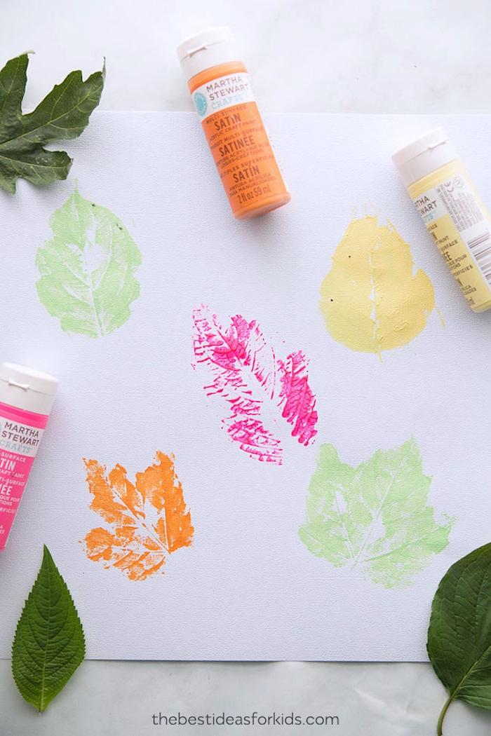 Stempel aus Herbstblättern selber machen, in Textilfarbe tauchen, auf weißes Papier tupfen
