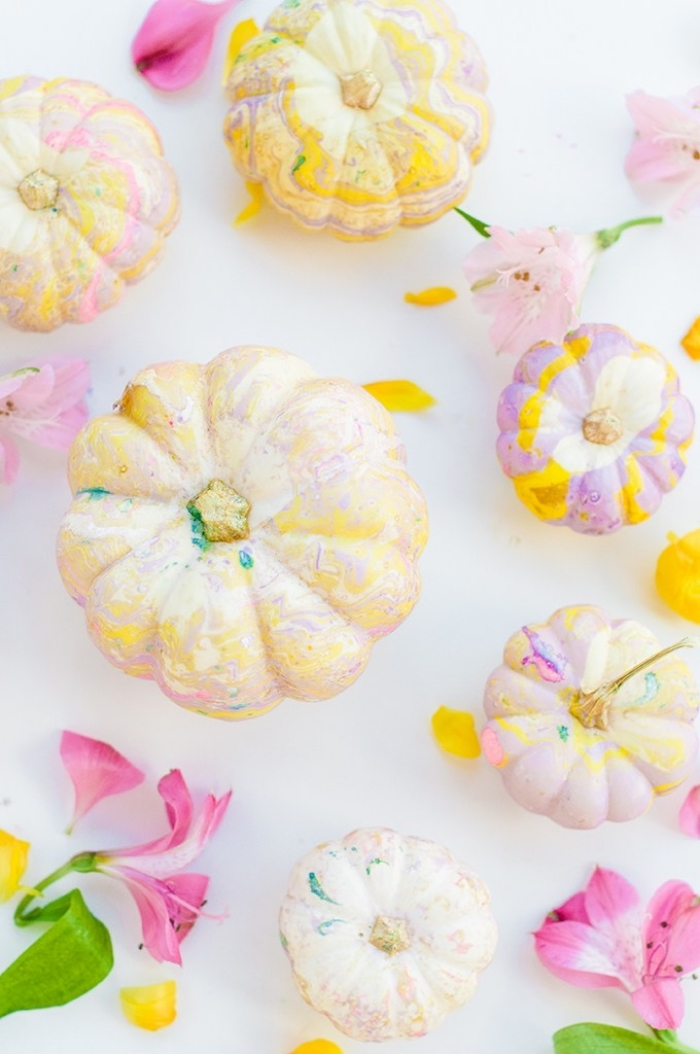 hebstdeko aus naturmaterialien selber machen, marble kürbisse, halloween deko, nagellack