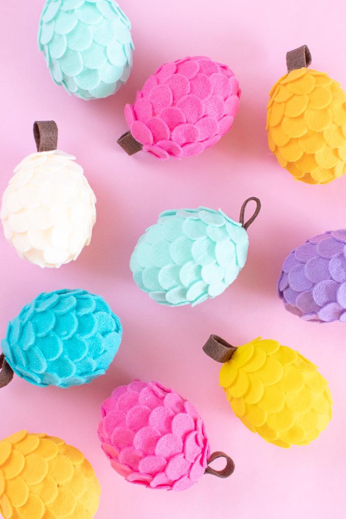 Bunte Zapfen aus Styropor und Filz, Idee für Herbstbasteln mit Kindern, Herbstdeko selber machen