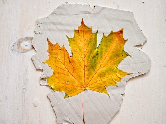 Basteln mit Herbstblättern, Blatt aus Modelliermasse ausstechen, Ideen für DIY Herbstdeko