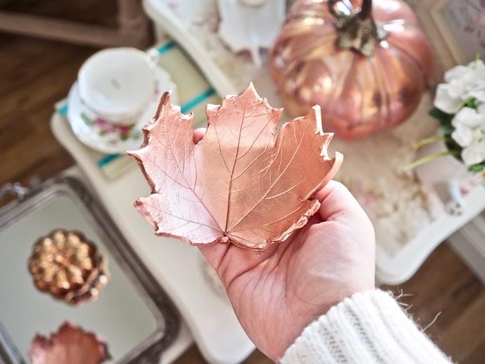 Kleine Schüssel in Form von Herbstblatt selber machen, DIY Ideen für auffällige Herbstdeko