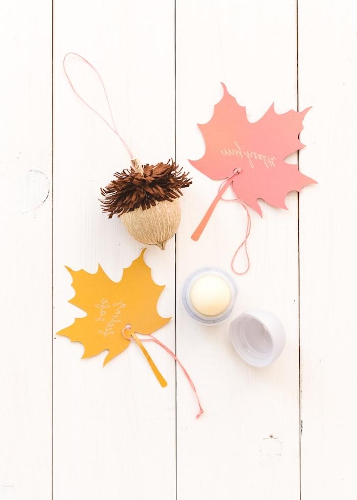 Bunte Herbstblätter und Eicheln aus Papier selber basteln, Herbstdeko Ideen