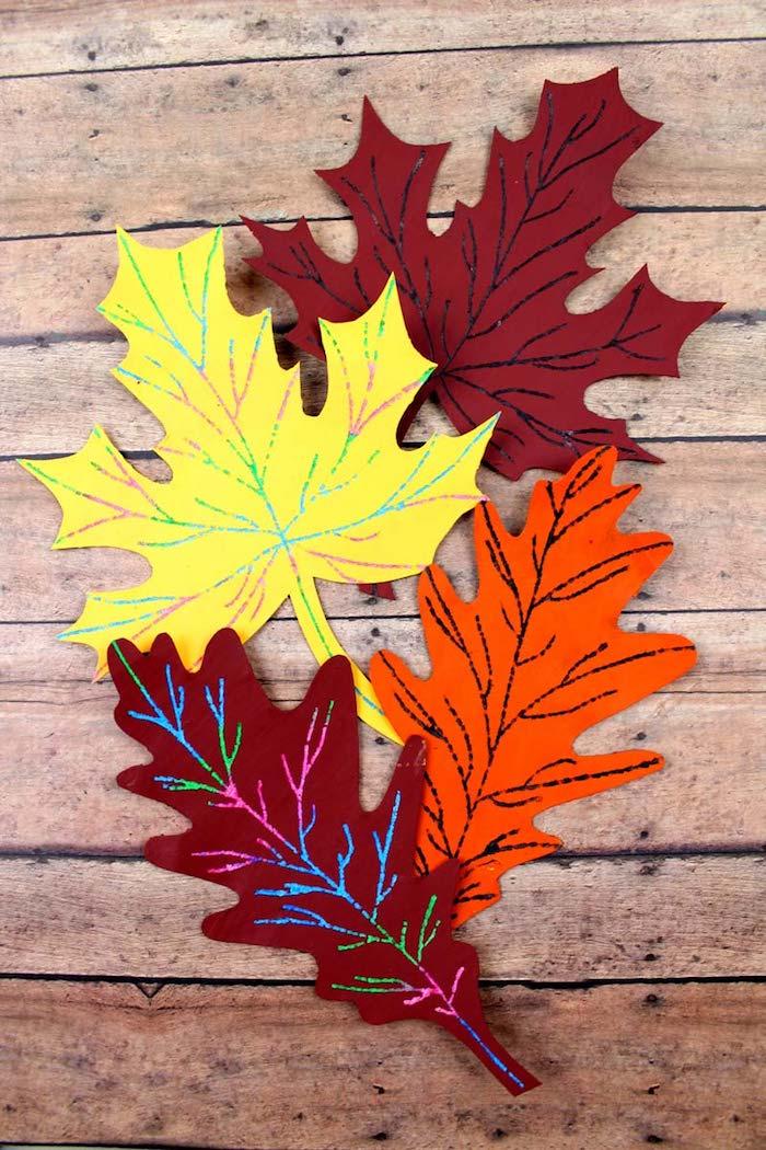 Herbstblätter aus Papier schneiden, herbstliche Dekoration mit Kindern basteln