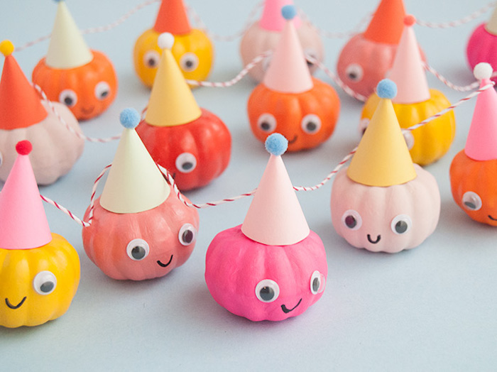 Lustige Girlande mit kleinen Kürbissen mit Party Hüten und Wackelaugen basteln