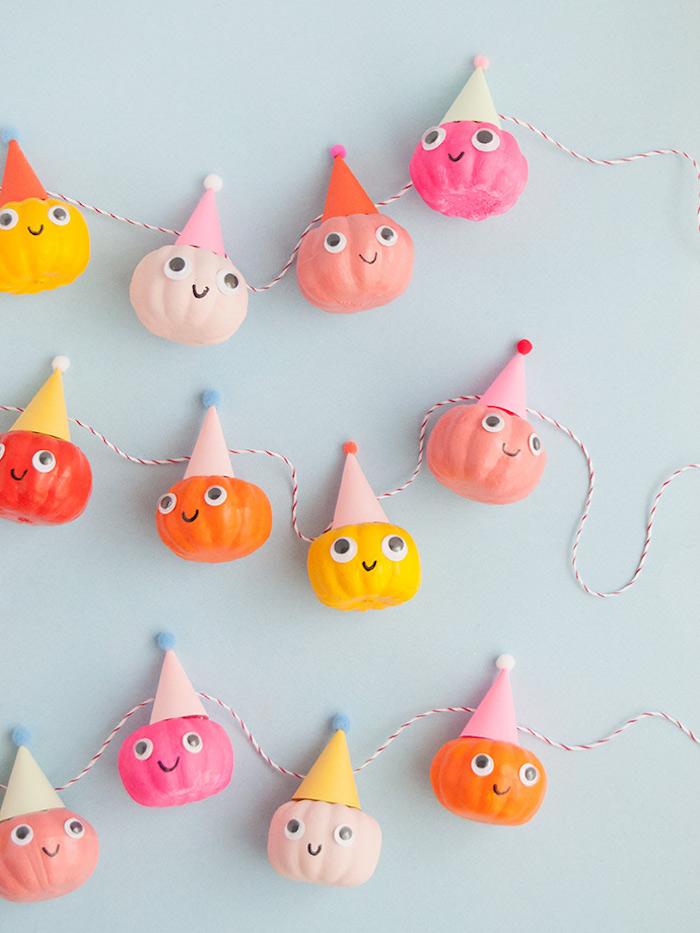 Idee für farbenfrohe lustige Herbstdeko, Girlande mit kleinen Halloween Kürbissen