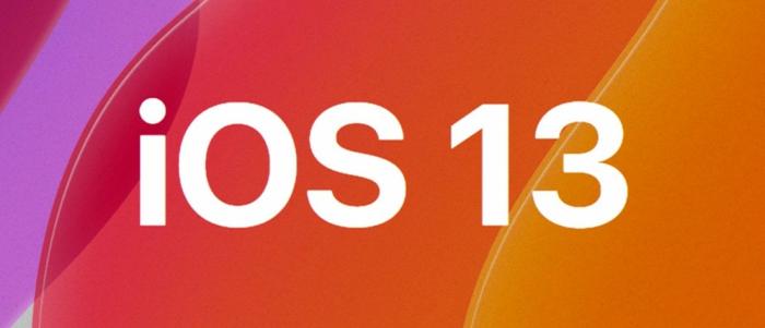 ein Logo von iOS 13 auf einem roten Hintergrund mit weißen Buchstaben geschrieben