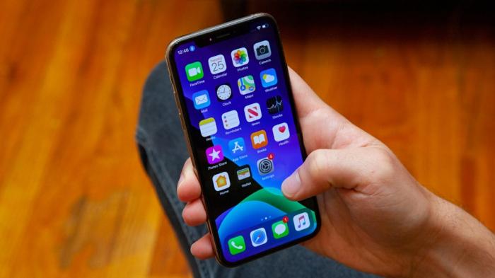 ein Handy in dem Hand von einem Mann, iOS 13 ist nicht mehr zu testen