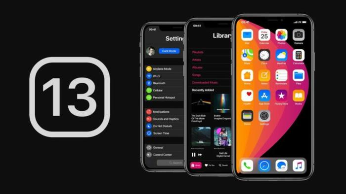 die Zahl Dreizehn auf schwarzem Hintergrund, drei Smartphones mit iOS 13 Update