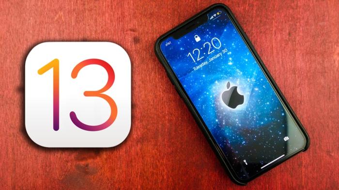 zwei Logos von Apple und von iOS 13, iOS 13 Update, die Zeichen auf einem Tisch