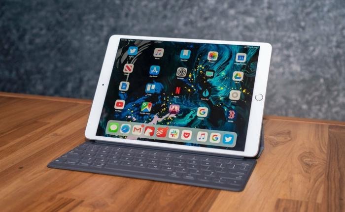 iPad mit Smart Klaviatur auf einem Tisch, das neue Modell ist sehr praktisch