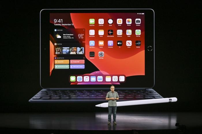 iPad mit einem weißen Pencil auf dem Apple Event, als es vorgestellt wird