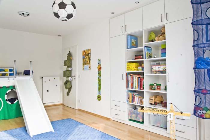 Kinderzimmer harmonisch einrichten mit Möbel nach Maß, Hochbett mit Rutsche, eingebauter Schrank