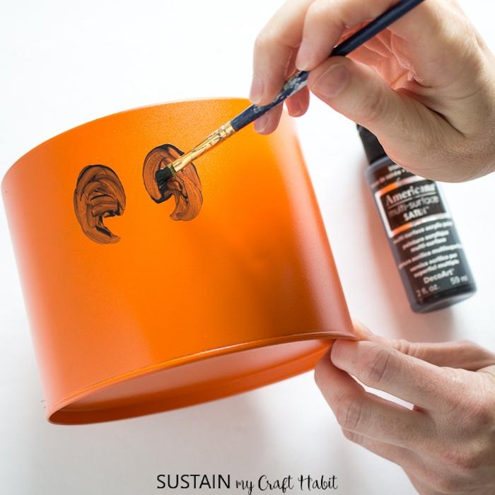 Halloween Box selber machen, orange bemalen, Augen und Mund mit schwarzer Farbe zeichnen