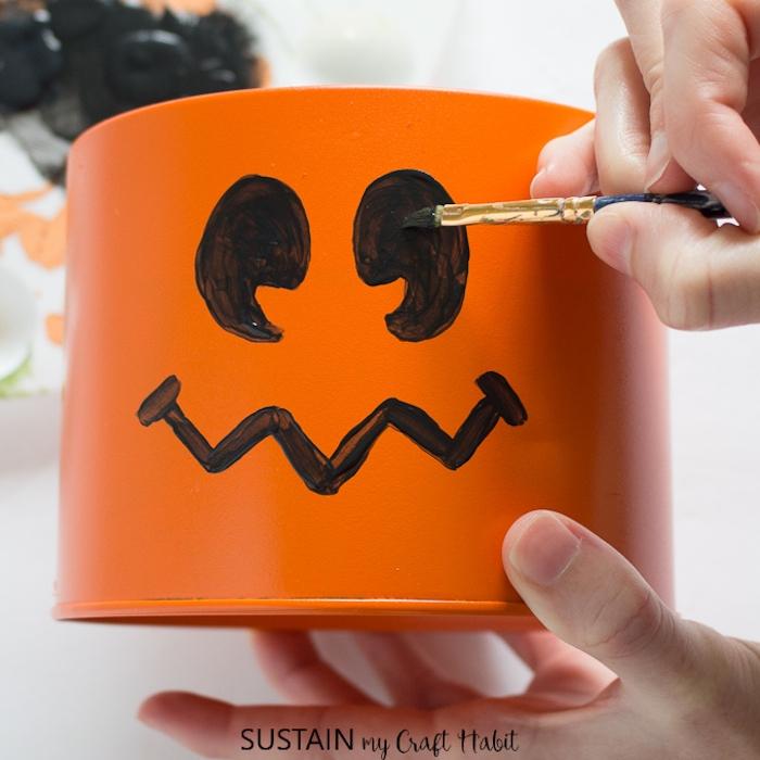 Halloween Box für Leckereien selber machen, Augen und Mund mit schwarzer Farbe zeichnen