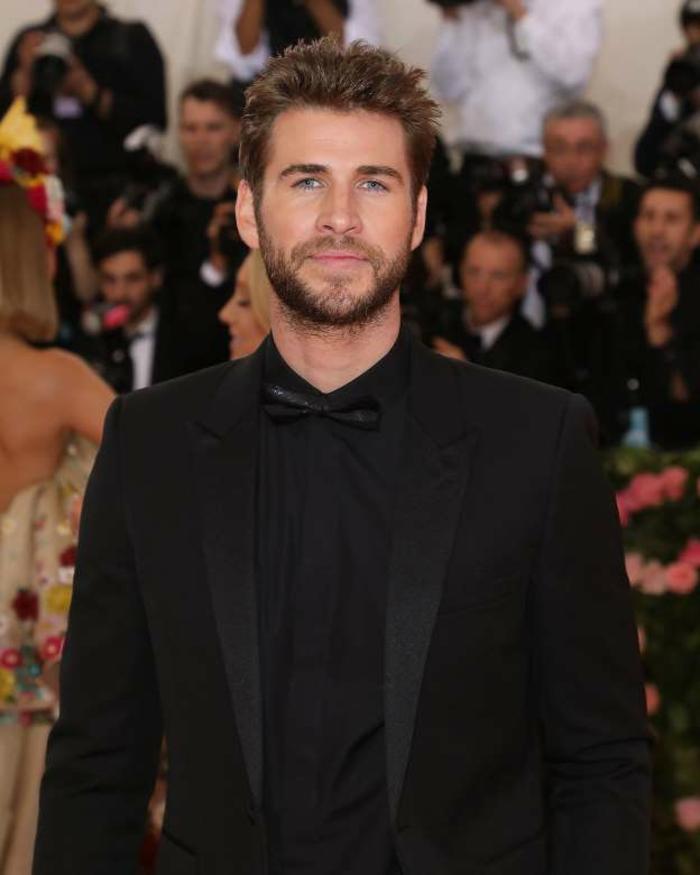 Liam Hemsworth hat der Stil von seinem Bruder, ein stilechter, schwarzer Anzug