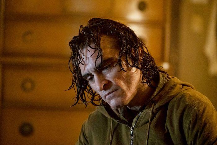ein mann mit langem haar, der schauspieler joaquin phoenix in der rolle des jokers
