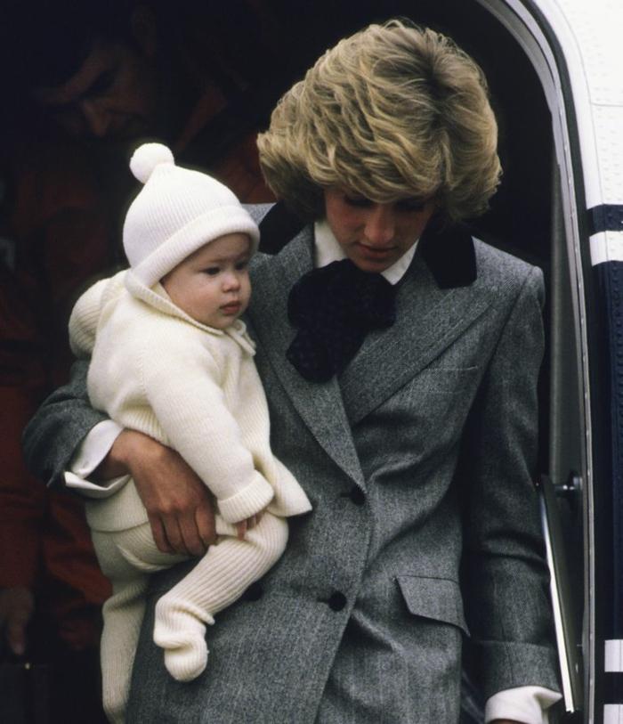 Prinzess Diana trägt ihren Sohn, Prinz Harry, dem Master Archie so ähnlich ist