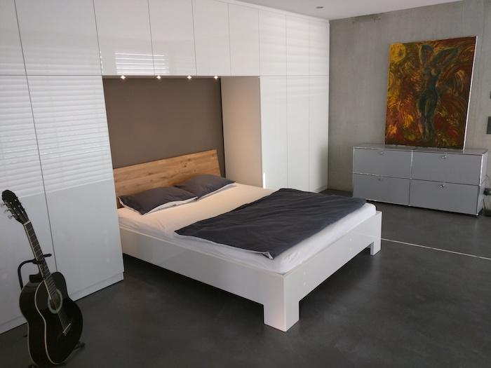 Feng Shui Einrichtung, eingebautes Bett, weißer Kleiderschrank, minimalistisches Design