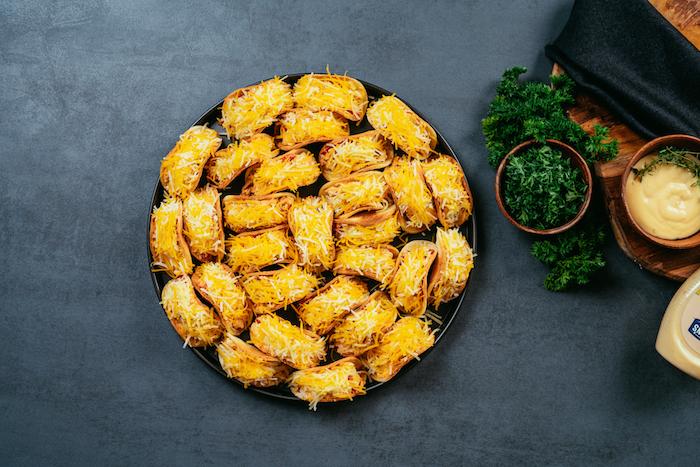 Einfache und schnelle Fingerfood Ideen, Partyessen selber zubereiten, Mini Tacos mit Cheddar Käse