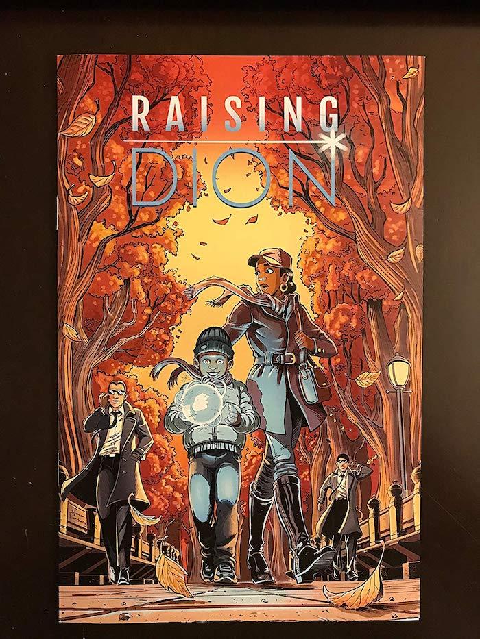 comin raising dion, ein kleiner junge mit übernatürlichen kräften und seiner mutter, ein mann mit mantel, straüe und bäume im herbst