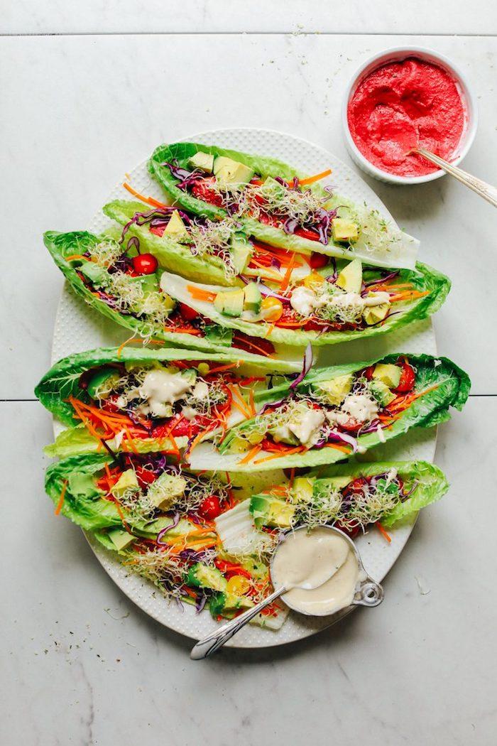 Gesunde Party Snacks selber machen, Tacos aus Salatblätter mit Frischgemüse und leckeren Soßen füllen