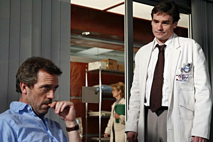 eine Szene aus Dr House mit Robert Sean Leonard und Hugh Laurie als Ärzten