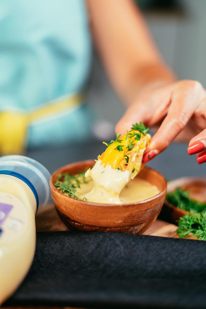 Partyhäppchen mit Mayonnaisesauce garnieren, leckere Rezepte für Party Essen