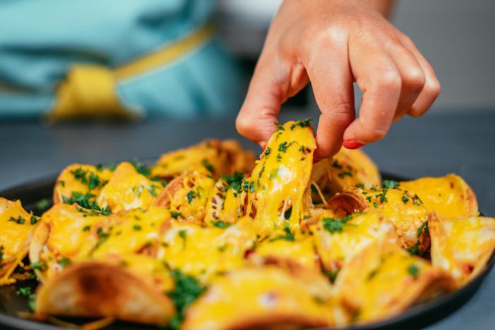 Mini Tacos mit geschmolzenem Cheddar Käse und frischer Petersilie, leckeres Party Essen