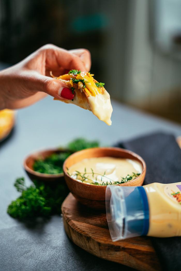 Partyhäppchen selber machen, mit Mayonnaise und frischer Petersilie servieren
